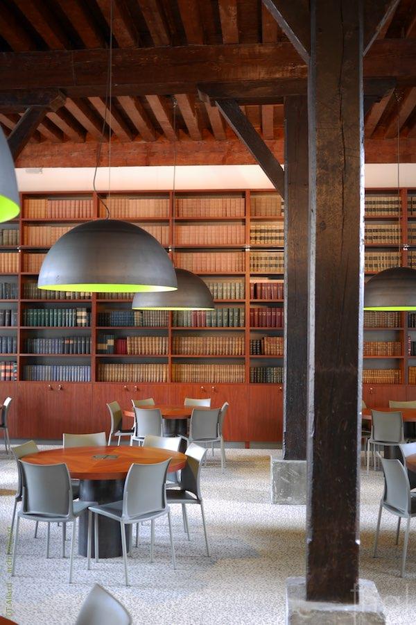 Intérieur de la bibliothèque de l'école nationale des Finances