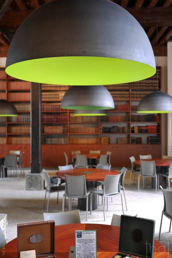 Le luminaire de la bibliothèque de l'école nationale des Finances