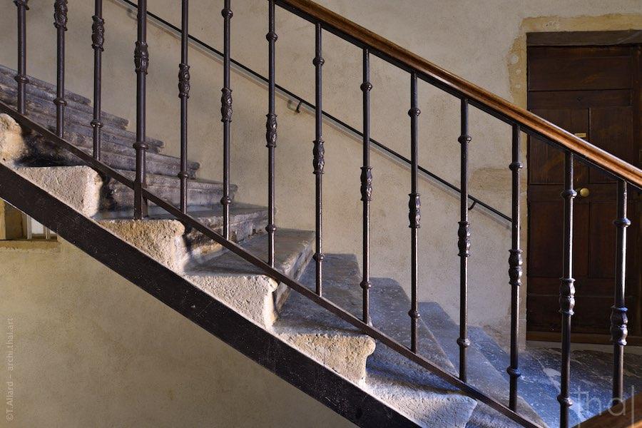 Focus sur des rampes d'escalier