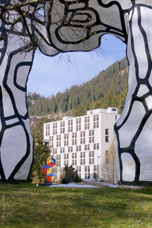 Sculptures de Dubuffet et Vasarely en premier plan d'un immeuble De Marcel Breuer à Flaine