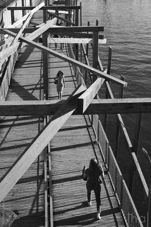 Passants sur passerelle au dessus de la Saône à Lyon