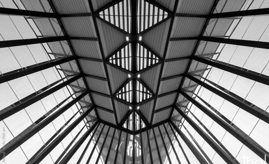 Prise de vue intérieure de la structure du toit de la Gare Saint-Exupery