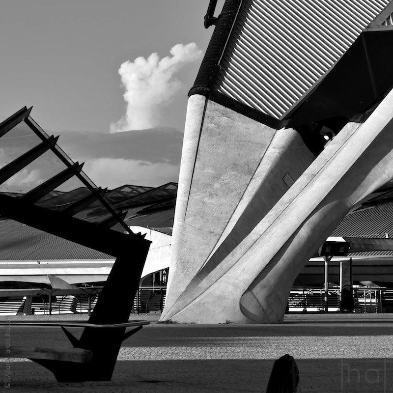 Détail d'un pilier en beton portant la structure de la Gare Lyon Saint-Exupéry