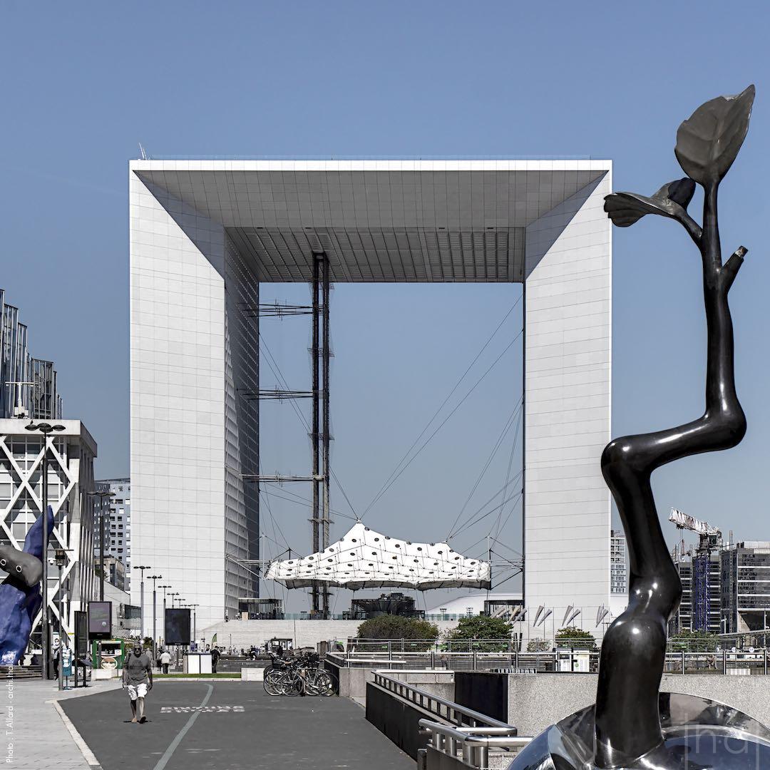 Sculpture devant la Grande Arche