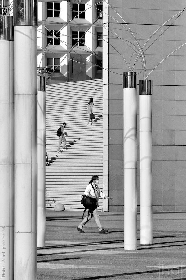 Déconfinés sur les marches de la Grande Arche