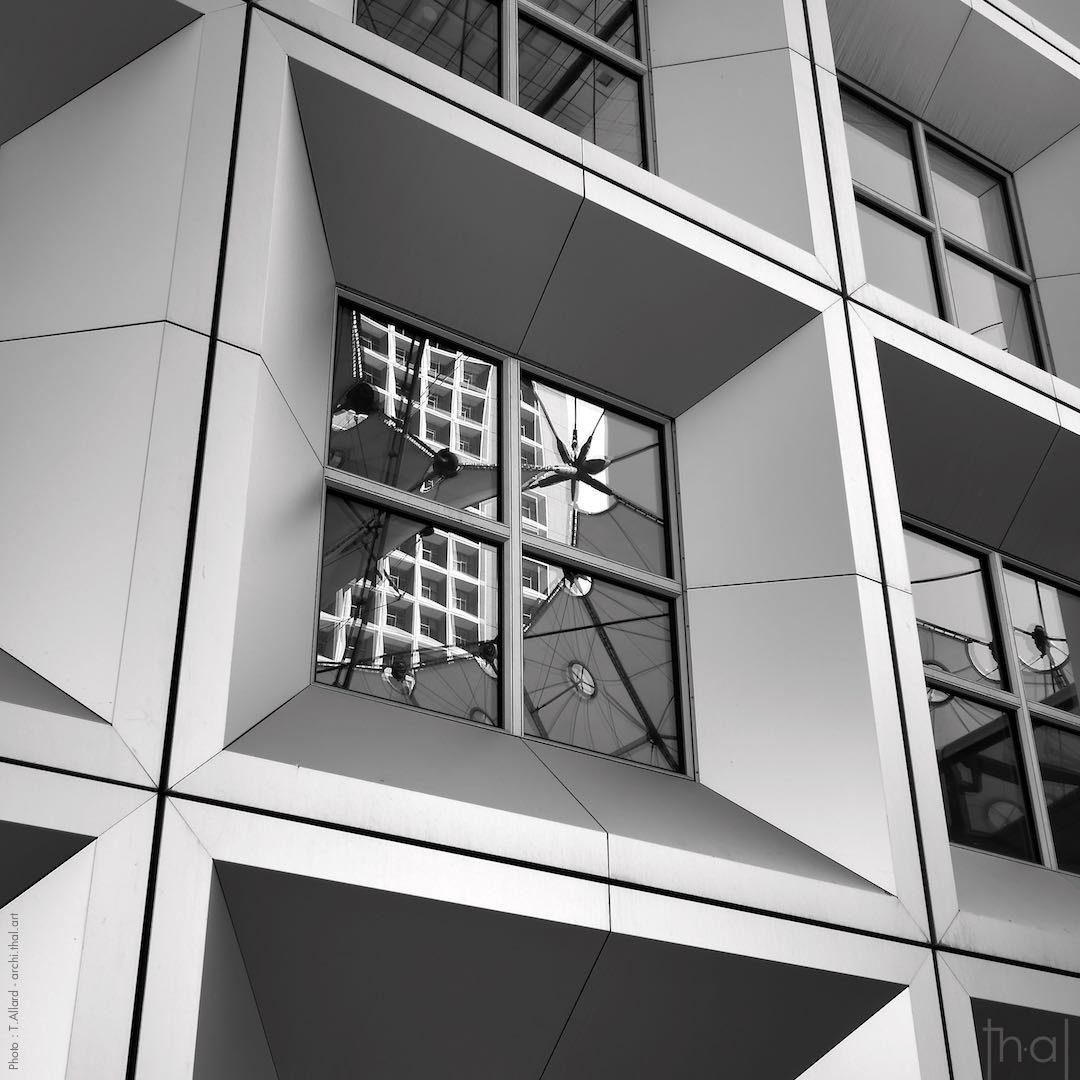 Gros plan sur les fenêtres à l'intérieur de la Grande Arche