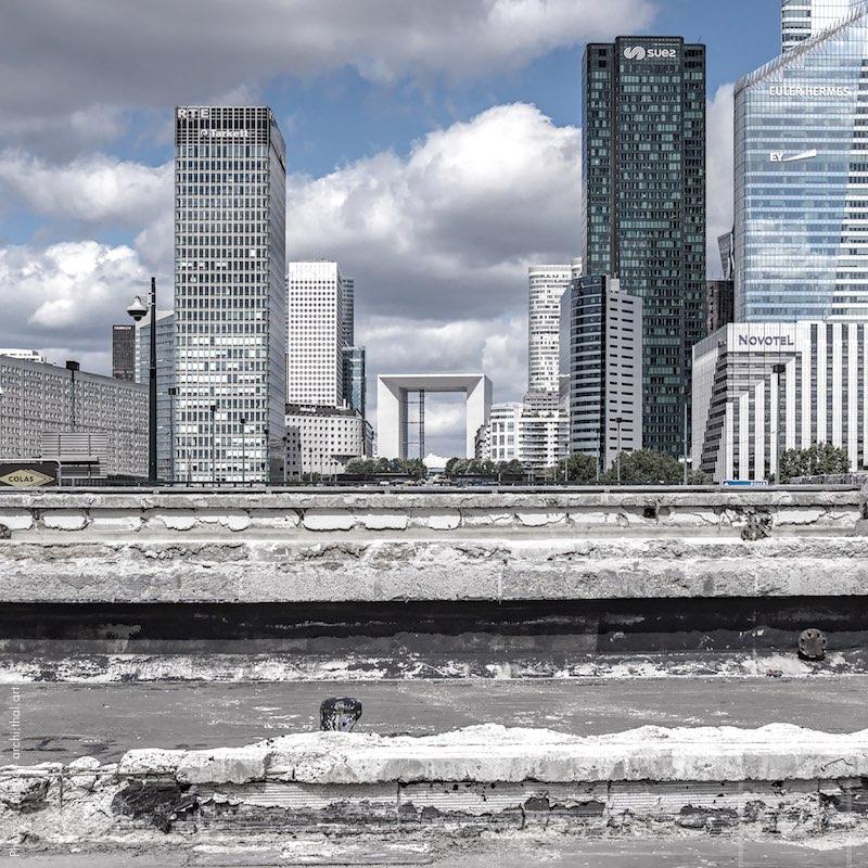 Prise de vue brutaliste des gratte-ciels de la Défense