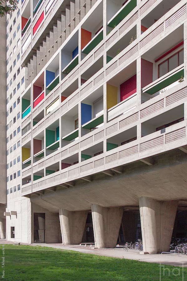Vue en perspective de la façade de la Cité Radieuse à Marseille