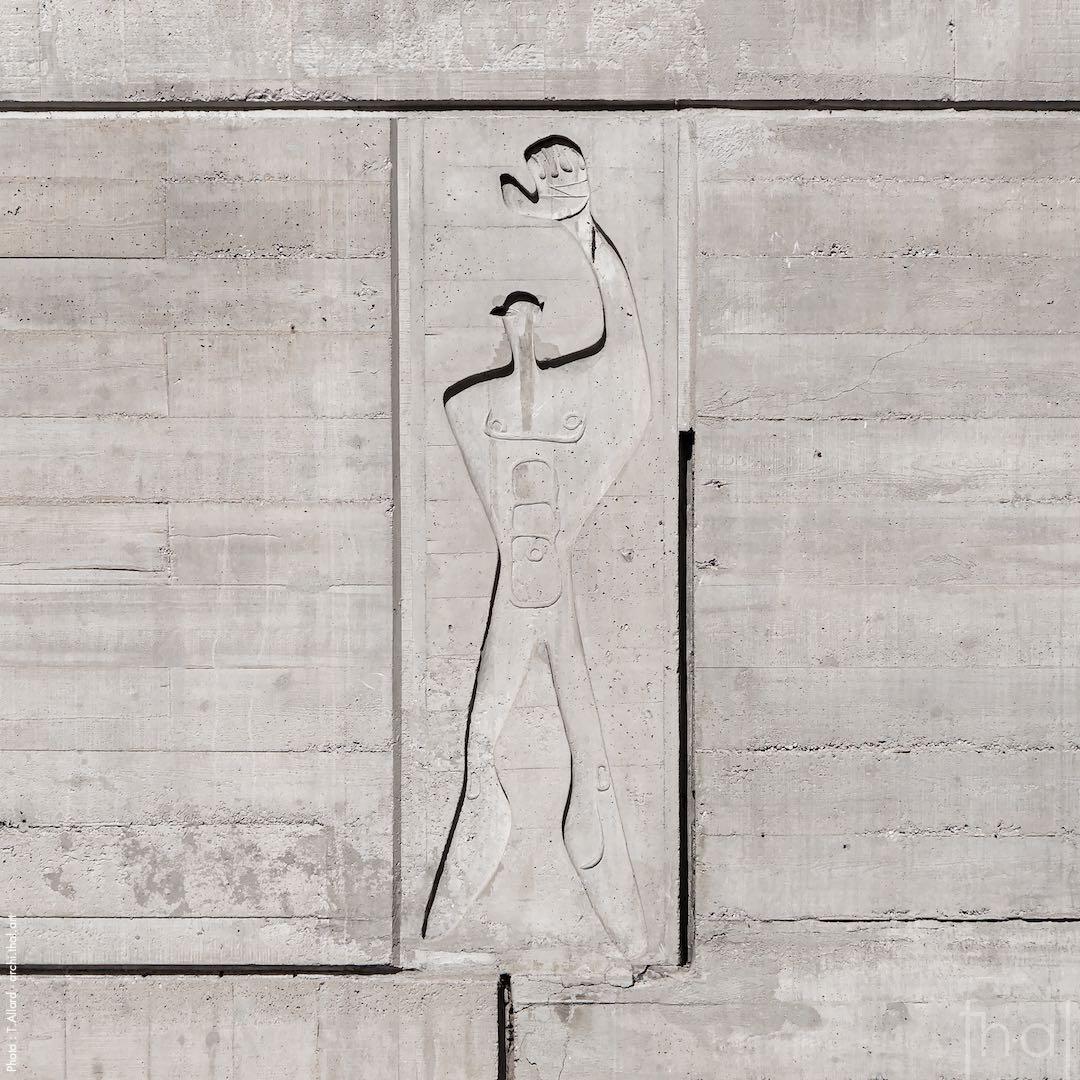 Modulor Le Corbusier en bas relief dans le béton