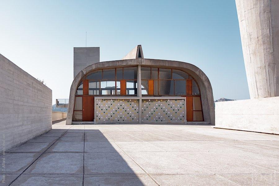 Vue du gymnase hébergeant le Mamo sur le toit de la Cité Radieuse