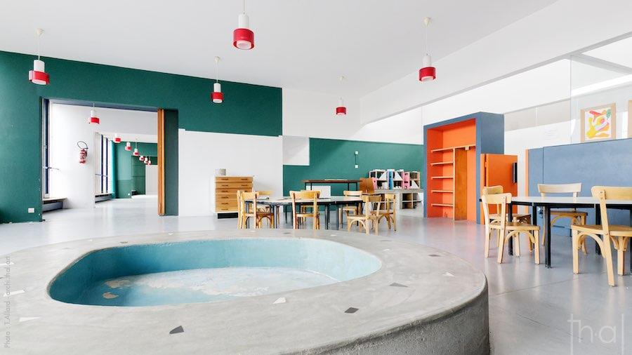 Intérieur de la salle de classe dans l'école de Le Corbusier