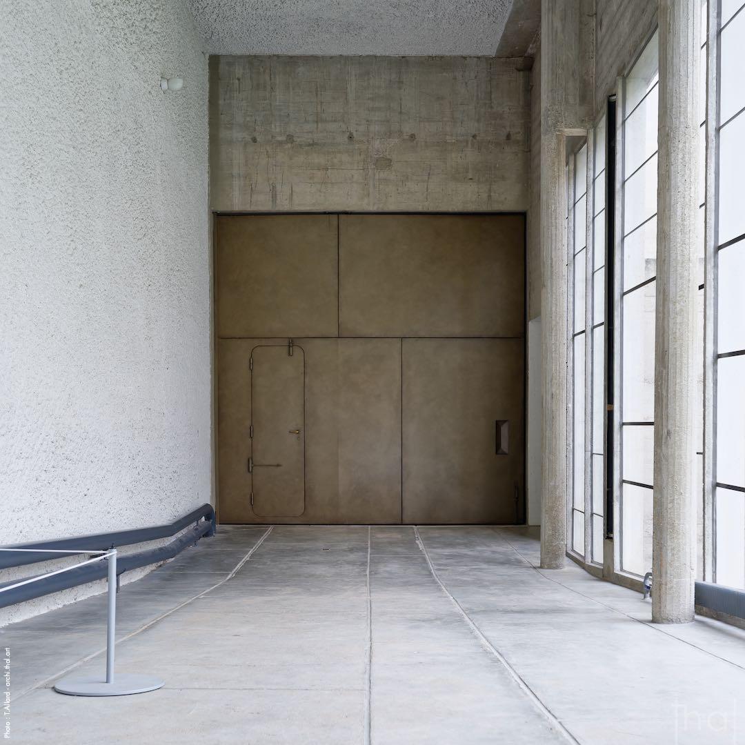 Porte d'entrée de l'église Sainte-Marie au couvent de la Tourette