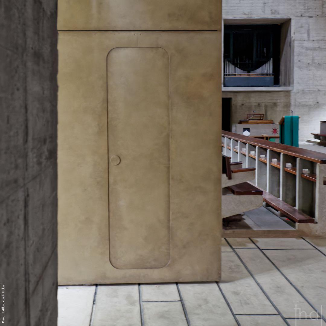 Petite porte à l'intérieure de la porte d'entrée de l'église