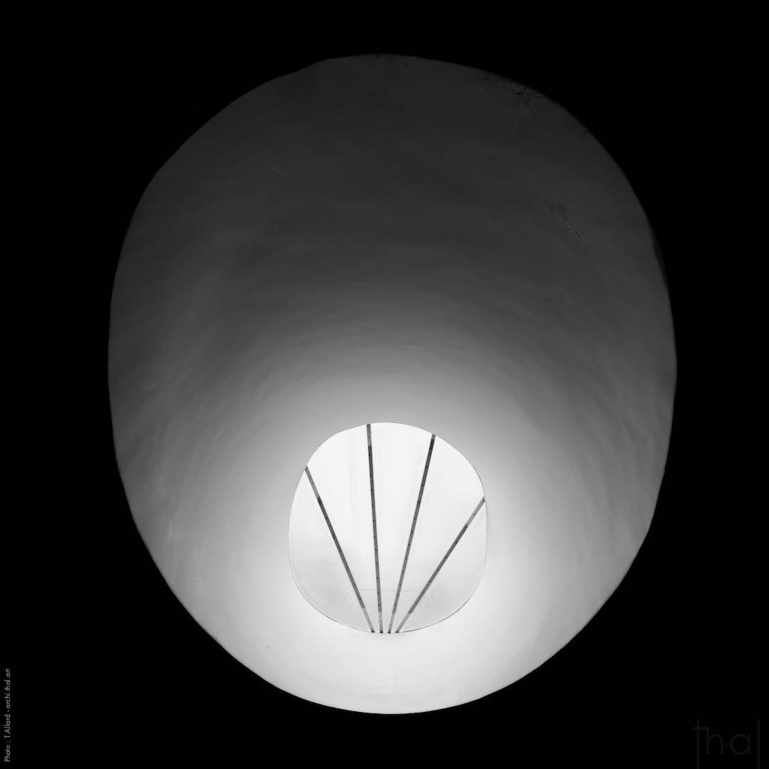 Puit de lumière dans l'église du couvent de la Tourette