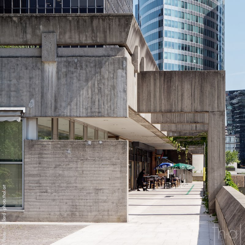 Architecture de béton dans le quartier de la Défense à Paris