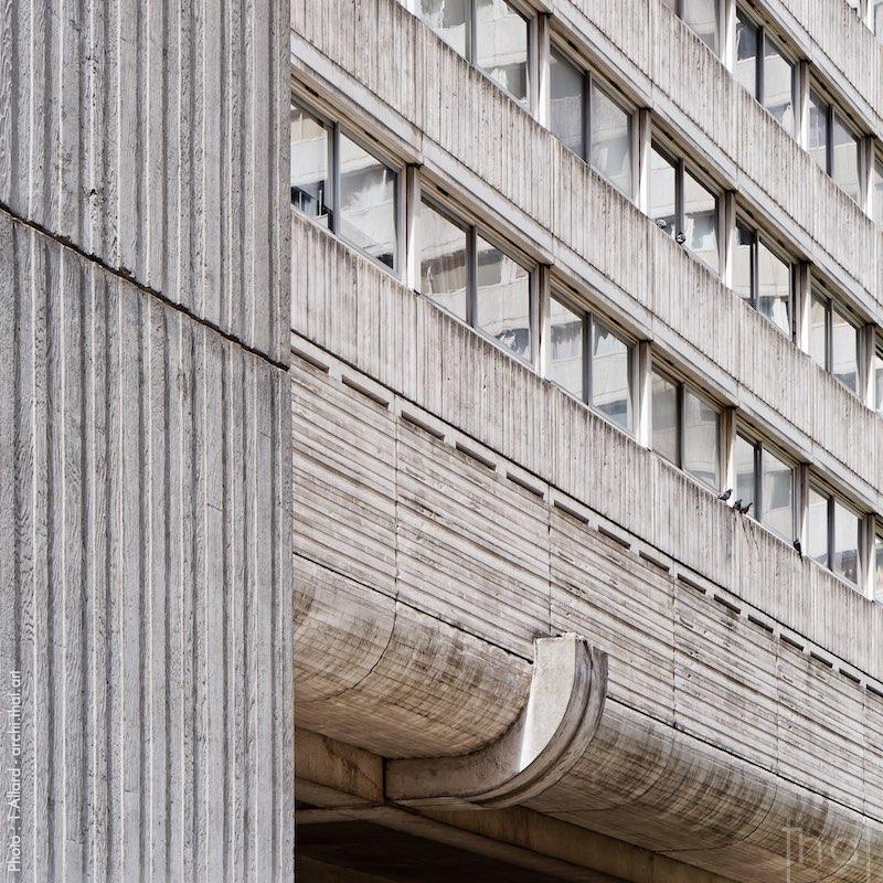 Façade de l'immeuble brutaliste Vision 80 à Paris la Défense
