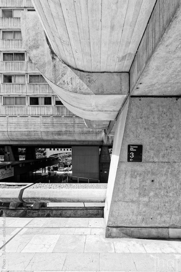Pilier en béton d'un immeuble brutaliste de la Défense