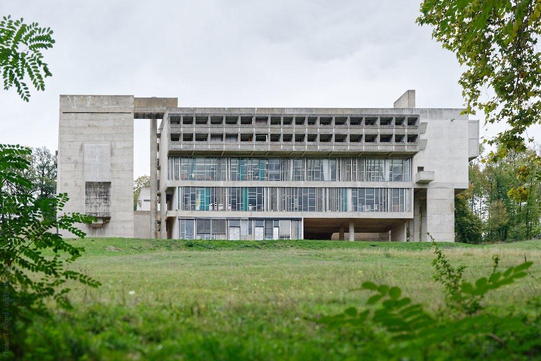 Couvent de la Tourette de Le Corbusier dans son écrin de verdure