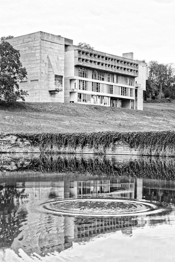 Couvent de la Tourette se reflètant dans l'eau d'un bassin