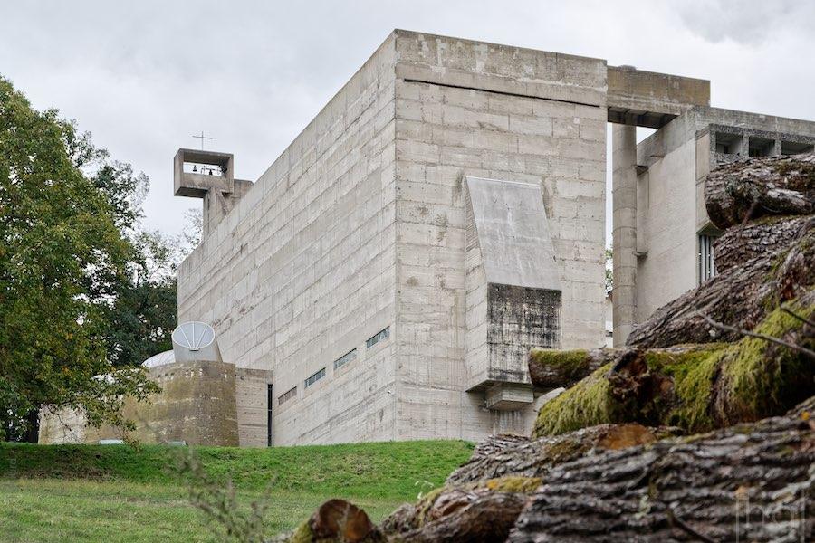 Eglise du couvent de La Tourette de Le Corbusier dans les bois