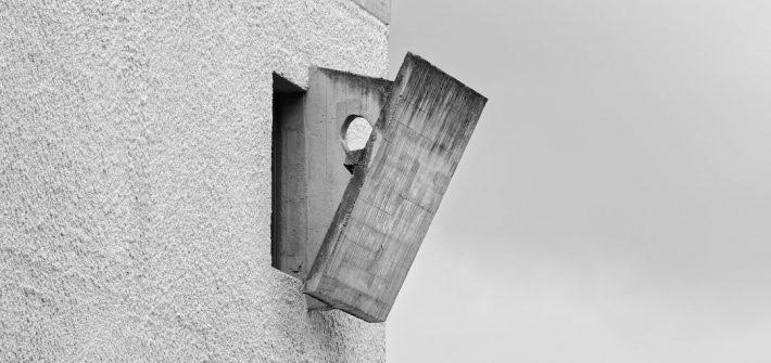 Occultation en béton d'une fenêtre au couvent de la Tourette