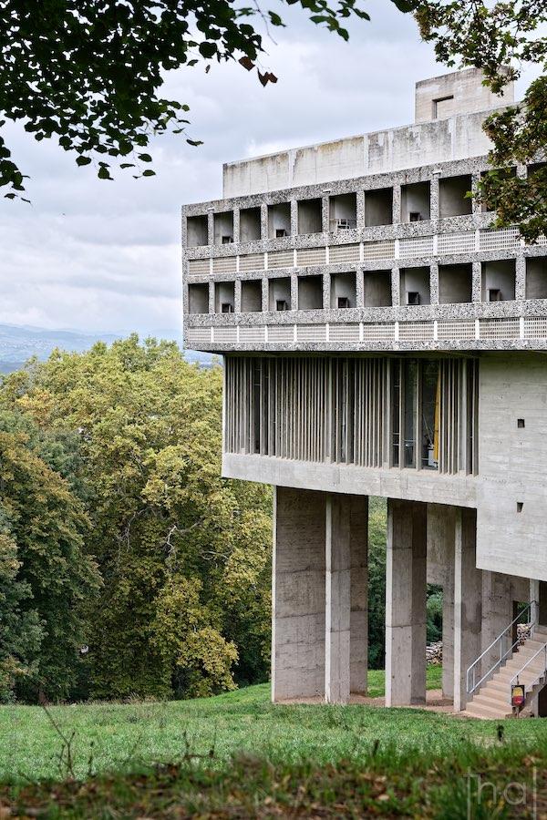 Couvent de la Tourette de L'architecte Le Corbusier dans un écrin de verdure