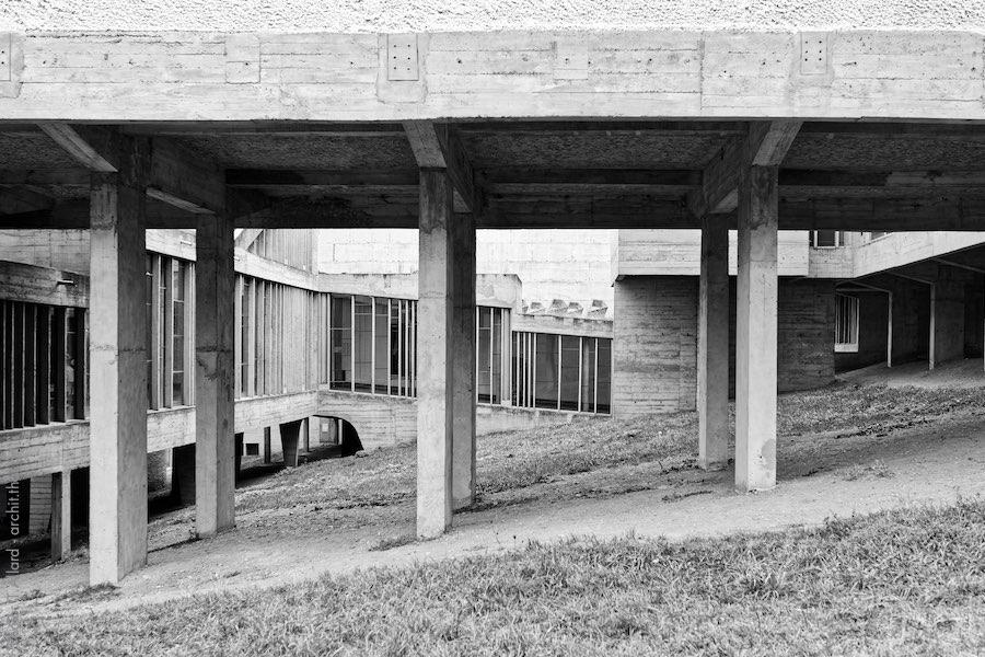 Piliers de béton sous le couvent de La Tourette de l'architecte Le Corbusier