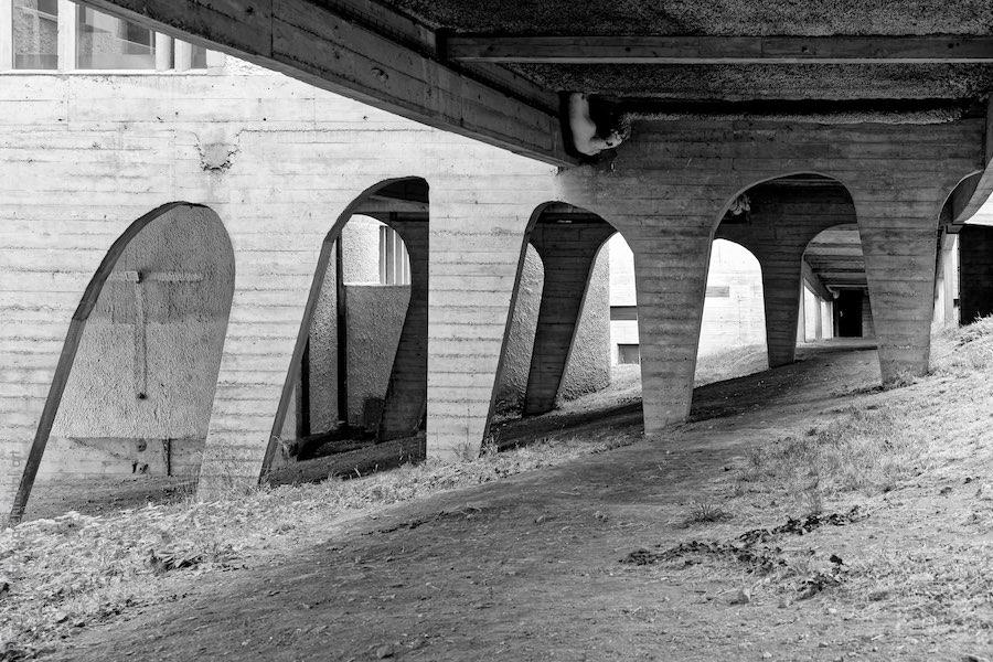 Soubassement du couvent de La Tourette par l'architecte Le Corbusier