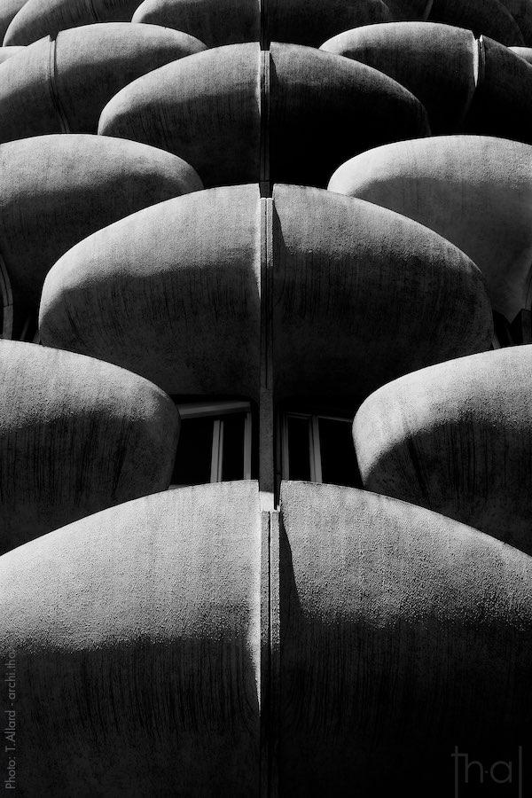 Vue sombre des balcons brutalistes par le photographe d'architecture Thierry Allard