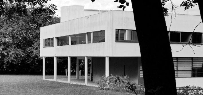 La villa Savoye de Le Corbusier vue à travers les arbres